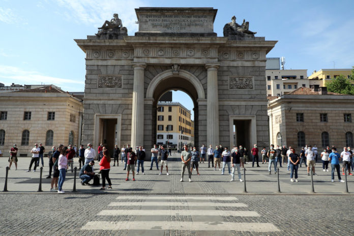 A Milano protesta mascherine tricolore