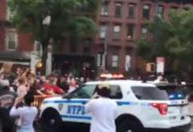 Video, polizia investe manifestanti a Ny